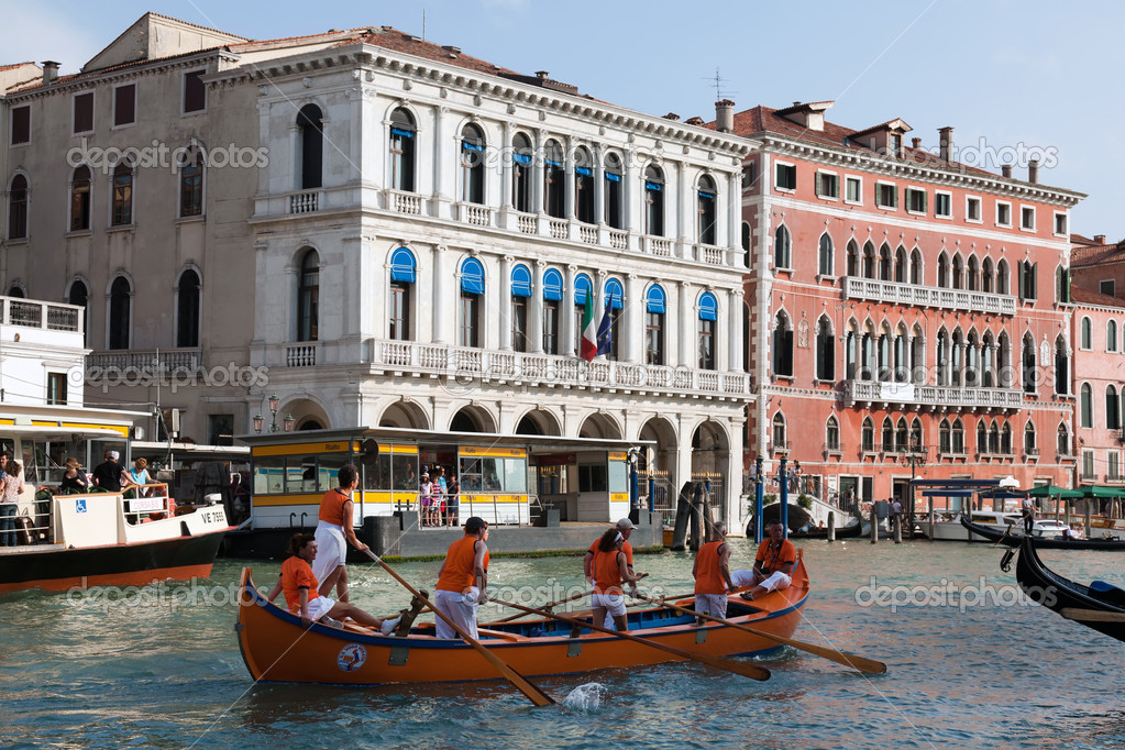 Rowers practicing for the Regata Storica on the Grand Canal in Venice,, Italy — Stock Photo #13347384