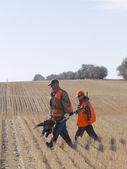 Abuelo y nieto de caza — Foto de Stock