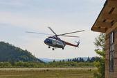 Helikopter na małe lotnisko — Zdjęcie stockowe