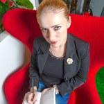 chica secretaria de oficina con silla roja — Foto de Stock