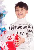 Lachende jongetje met kleine doos van de gift van kerstmis — Stockfoto