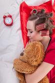 çalar saat ile kız — Stockfoto