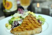 Grilled tuna and salad — Stock Photo