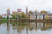 Novodevichy manastırı ve gölet — Stok fotoğraf