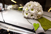 Wedding Bouquet on Car — Stock Photo