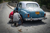 Young men changing tyre in Siboney, Cuba — Stock Photo