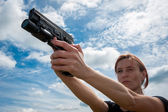 Young girl with gun — Stock Photo