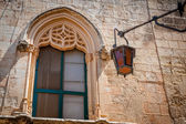 Medivial architectured window with old light in Mdina, Malta. — Stock Photo
