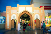 Unidentified people in front of the entrance into the souk market in Muscat — Stock Photo