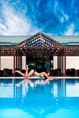 úžasné paní u bazénu — Stock fotografie
