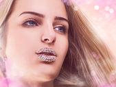 Chica joven en luces rosadas — Foto de Stock
