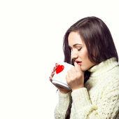 お茶のカップを持つ若いきれいな女性 — ストック写真