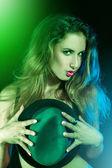 Groene glans op verticale foto van een mooi meisje — Stockfoto