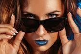 Horizontal photo of beautiful girl with brwon eyes and sunglasse — Stock Photo