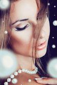 Portret van vrouw met een heleboel parels — Stockfoto