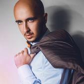 Retrato de homem bonito em fundo cinza — Fotografia Stock