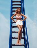 Atraente mulher adulta ficar azul escadas ao ar livre — Fotografia Stock