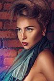 Ritratto di donna caucasica vicino muro di mattoni — Foto Stock