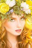 Linda mulher com coroa de flores no cabelo, olhando para a câmera — Fotografia Stock