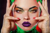 Ziemlich caucasian mädchen mit kreativen buntes make-up — Stockfoto