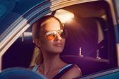 Schöne caucasian female wegsehen sonnenbrillen — Stockfoto