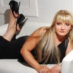 美丽的金发美女在沙发上 — 图库照片