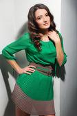 Krásná žena v zelených šatech portrét — Stock fotografie