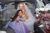 Noiva em um carro — Fotografia Stock