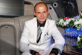 Groom in a car — Stock Photo