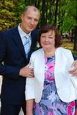 新郎の母親と一緒にポーズ — ストック写真