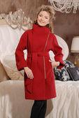 Mulher loira atraente no casaco elegante — Fotografia Stock