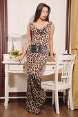 красивая молодая женщина в стильном платье — Стоковое фото