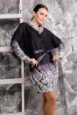 şık şık elbiseli güzel esmer kadın — Stok fotoğraf