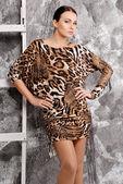 Vacker brunett kvinna i fashionabla snygg klänning — Stockfoto
