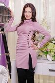 Vacker kvinna i eleganta modekläder — Stockfoto