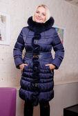 красивая блондинка в зимнее пальто с капюшоном — Стоковое фото