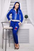 Krásná bruneta žena v módní stylové oblečení — Stockfoto