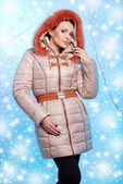 Beautiful young woman in warm winter clothes — Stok fotoğraf