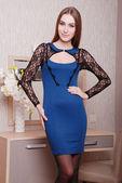 Mooie vrouw in modieuze stijlvolle kleding — Stockfoto