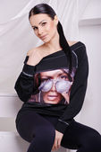 Beautiful brunette woman in fashionable stylish clothes — Zdjęcie stockowe