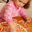 Girl child cooking homemade pizza in kitchen — ストック写真