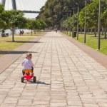 jeunes fillettes tricycle enfants dans le parc de la ville d'équitation — Photo