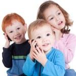 浅谈移动电话三个快乐的孩子 — 图库照片
