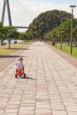 Dziecko dziewczynka jazda konna trike dzieci w parku — Zdjęcie stockowe