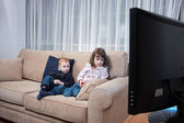 Kids watching television — Stock Photo