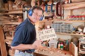 Starší muž v dílně nenaslouchá — Stock fotografie