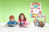 年轻的孩子们阅读的书籍 — 图库照片