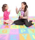 Mädchen lernen phonics alphabet abc — Stockfoto
