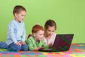 儿童学习在孩子们的计算机上的组 — 图库照片