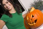 Vrolijke vrouw op halloween — Stockfoto